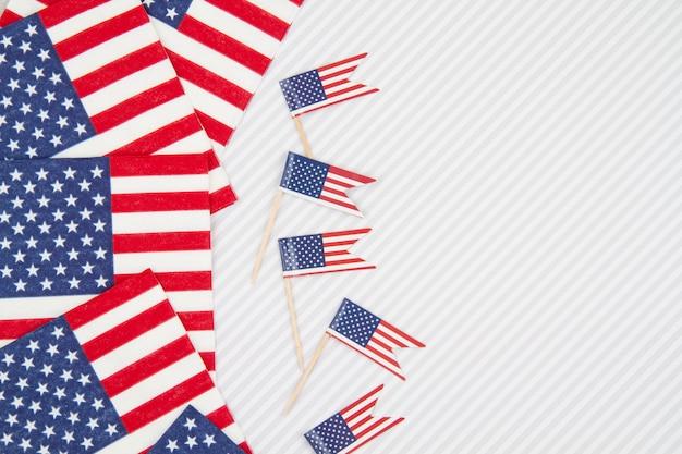 Праздничное украшение стола аксессуарами с американскими флагами
