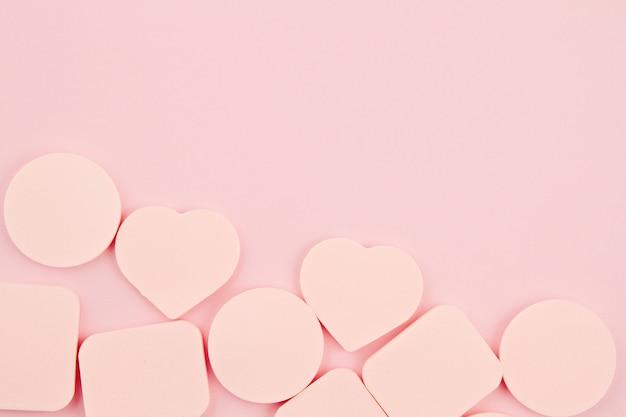 Губки для макияжа на розовом фоне