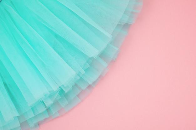 Вид сверху на балетное платье девушки на розовом фоне