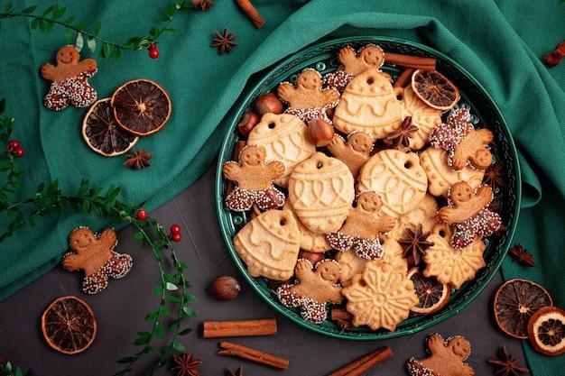 緑のプレートでおいしい自家製クリスマスクッキー。