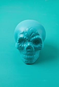 ターコイズの装飾的な砂糖の頭蓋骨。ハロウィーンの装飾。スケルトンは死者の日へ向かう