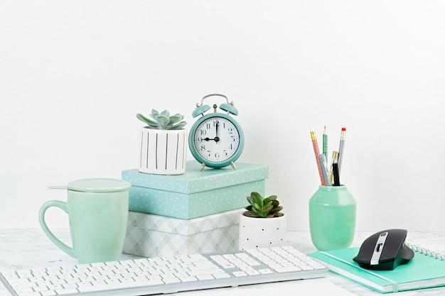 Концепция домашнего офиса с цветами в горшках и канцелярских принадлежностях, компьютерной клавиатуре и мыши