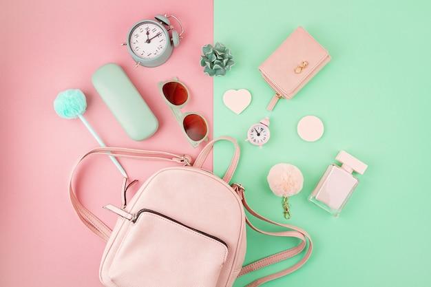 ピンクとミントの色の女の子のハンドバッグとアクセサリーでフラットレイアウト