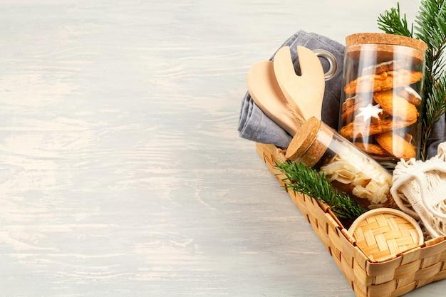 Ноль отходов дома сделал подарки на рождество и другие праздники. деревенская, многоразовая, экологически чистая упаковка без пластика