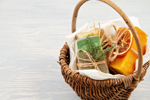 手作りの天然石鹸と乾燥シャンプー、環境に優しいスパ、美容スキンケアコンセプト。中小企業、倫理的なショッピングのアイデア