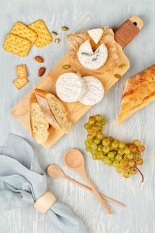 Французская закусочная тарелка для фуршета. традиционные французские или итальянские блюда