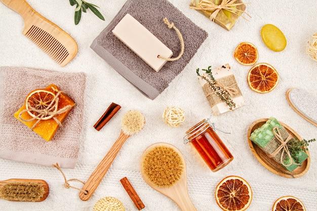 手作りのオーガニック天然石鹸、ドライシャンプー、ブラシ、バスルームアクセサリー、環境に優しいスパ、美容スキンケアコンセプト。