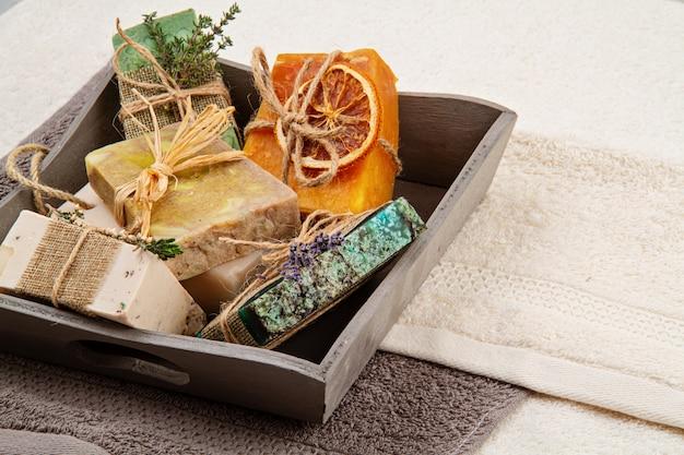 手作りの天然石鹸とドライシャンプー、環境に優しいスパ、美容スキンケアコンセプト。