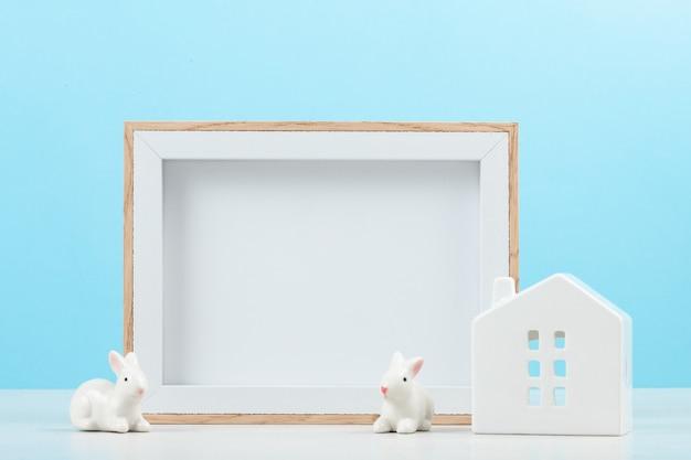 モックアップフレームと小さな白い家