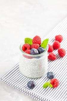 新鮮な果実とアーモンドミルクのチアプリン。ビーガン料理、ベジタリアン料理、健康的な食事