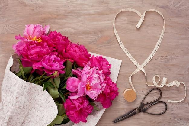 牡丹の花束とハートの形のリボン