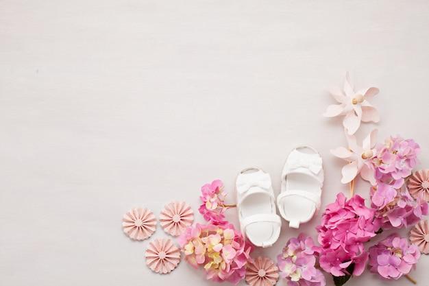 かわいい生まれたばかりの赤ちゃんの女の子の靴