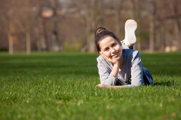 牧草地の若い女の子