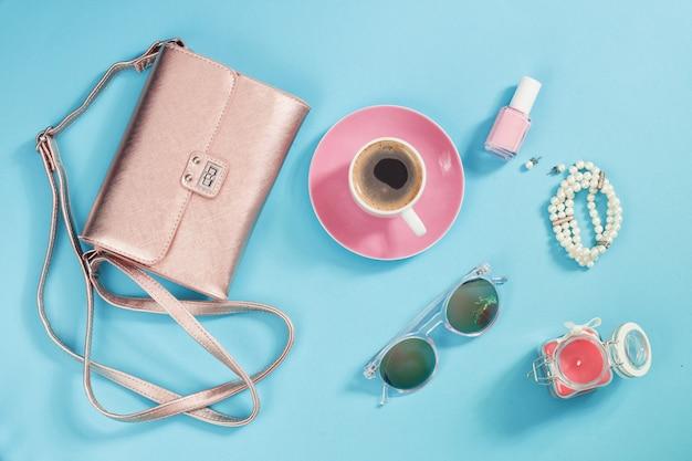 ショッピングとファッションのコンセプトスタイリッシュな女性のアクセサリーのセット