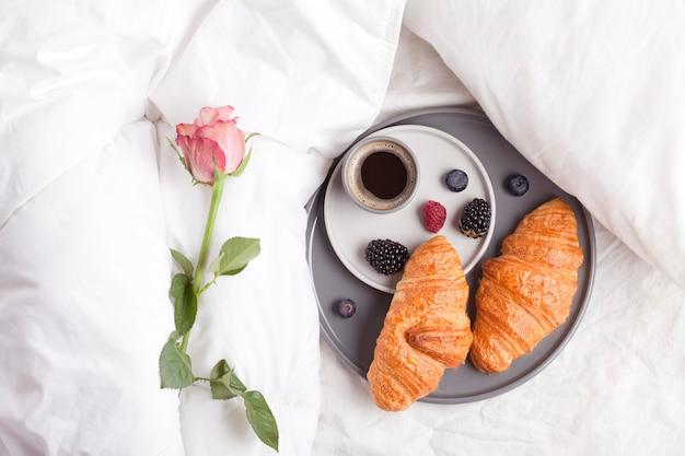 クロワッサン、コーヒーと一緒にベッドでの朝食