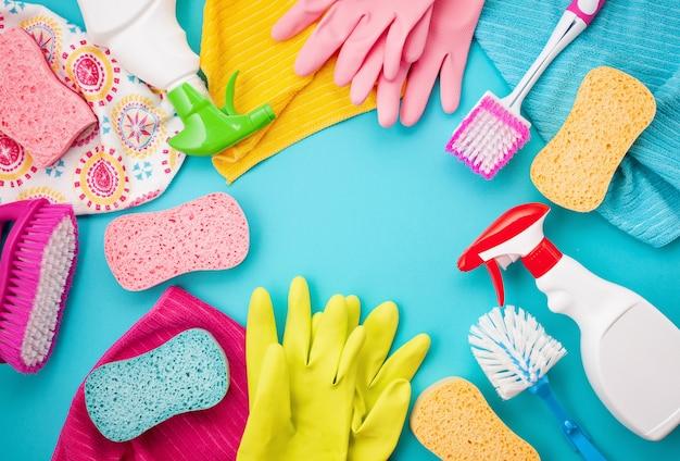 パステルカラーの洗剤とクリーニング用アクセサリー。