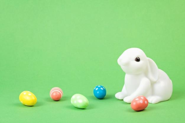 パステルカラーの背景上のイースターのウサギ