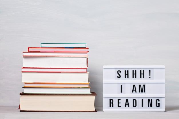 本とライトボックスの山