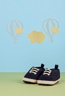 Маленькие милые ботинки мальчика на синем фоне