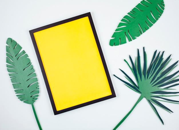 Декоративные деревянные тропические листья и пустая рамка