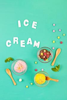 トッピングと別のアイスクリームのトップビュー