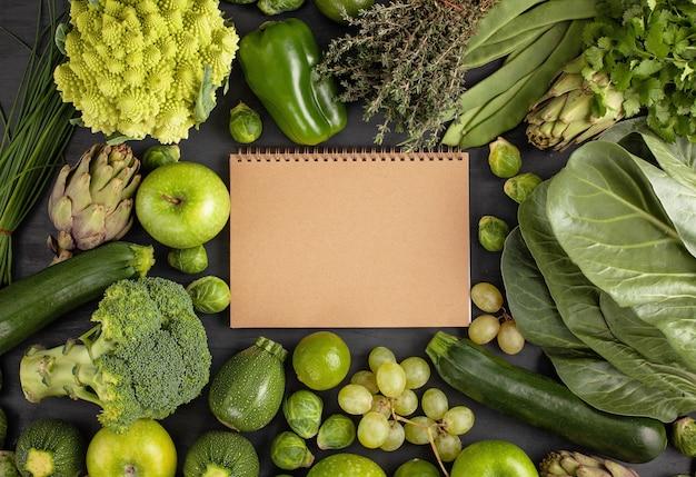 Свежие органические овощи в зеленом цвете фона