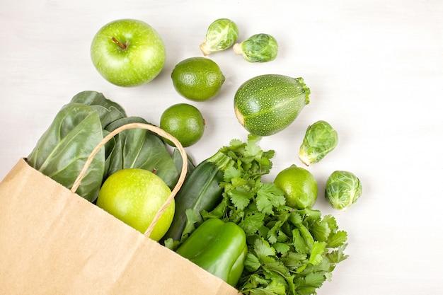 Вид сверху свежих органических овощей в зеленом цвете