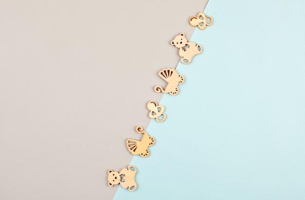 Минимальный пастельный декоративный фон с маленькими деревянными фигурками для новорожденного дня рождения