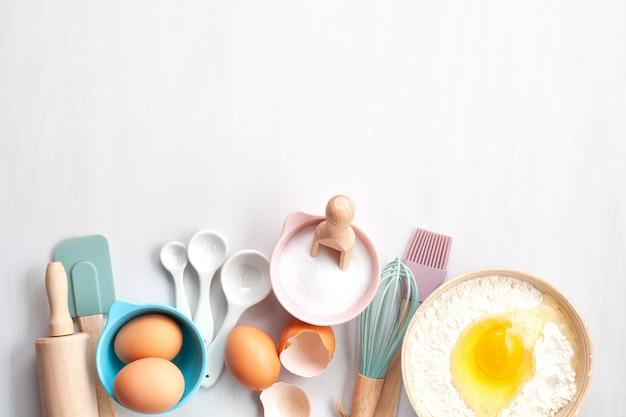 Выпечка посуды и кулинарные ингредиенты для пирогов, печенья, кондитерских изделий.