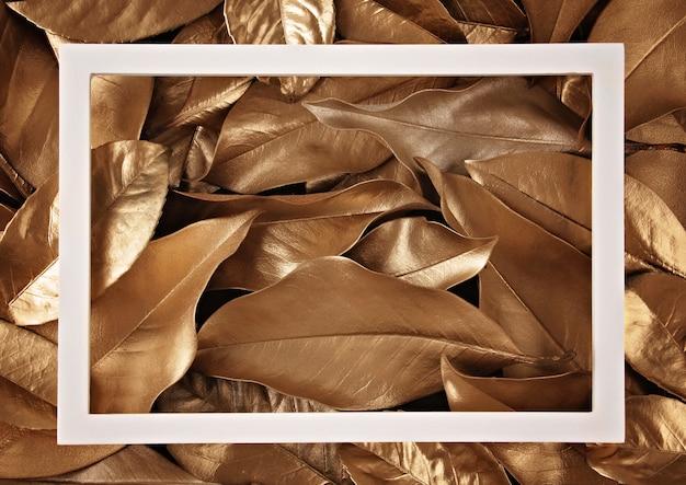黄金の葉の背景の上のフレームの枠線