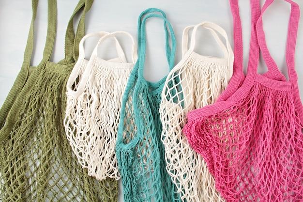 再利用可能なネットバッグや買い物客の品揃え