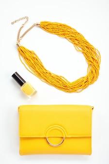 女の子と女性のための鮮やかな黄色のアクセサリー。都市のファッション、美容ブログのコンセプト