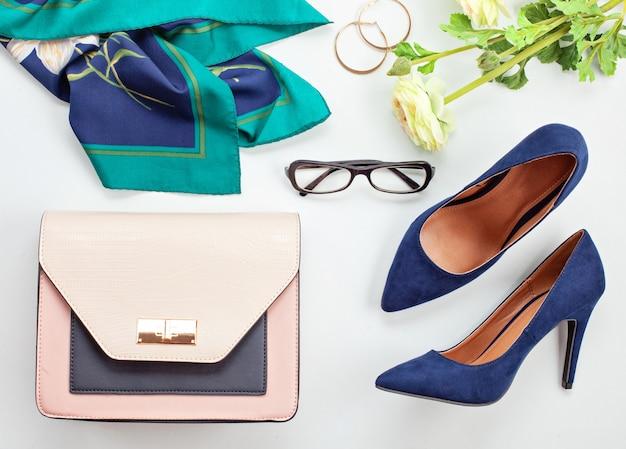 女の子と女性のためのファッションアクセサリーとブルーハイヒールの靴。都市のファッショントレンド