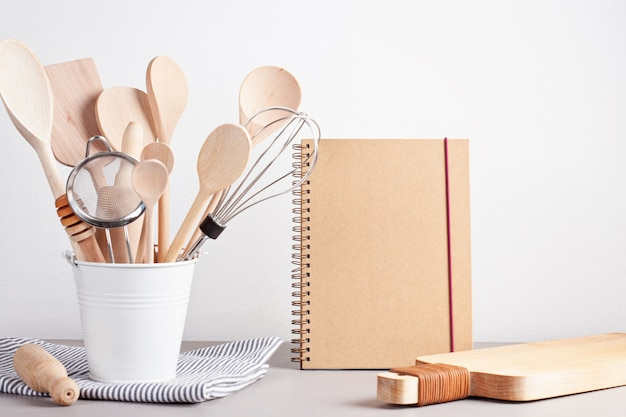 Различная кухонная утварь. кулинарная книга рецептов, концепция кулинарных занятий