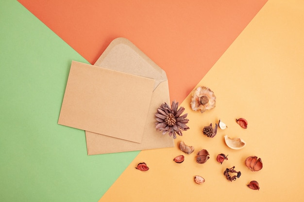 コピースペースと秋のパステルカラーの紙