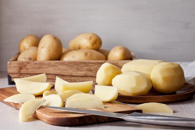 皮をむいたジャガイモ、調理の準備が整いました。レシピの材料
