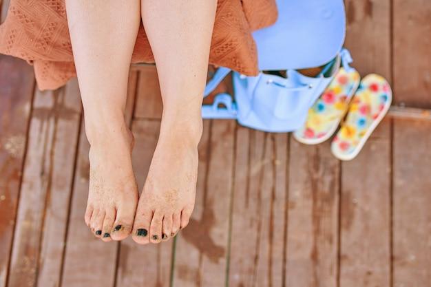 サンダルの上に女性の足