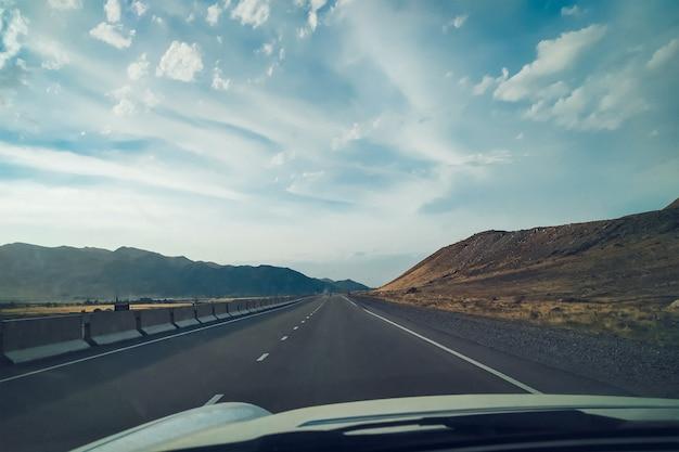山を通るロードトリップ。車からの眺め