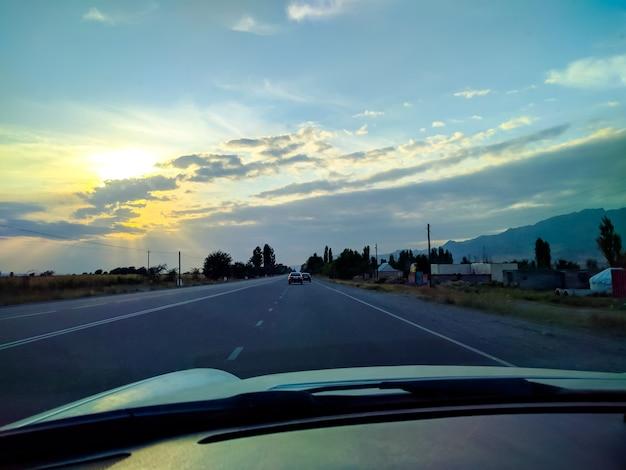 高速道路での車の運転。