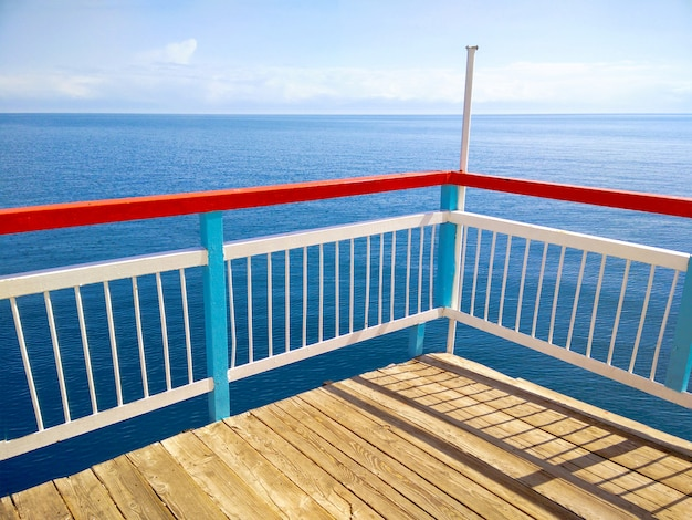 木製テラスドックまたは桟橋で夏の日