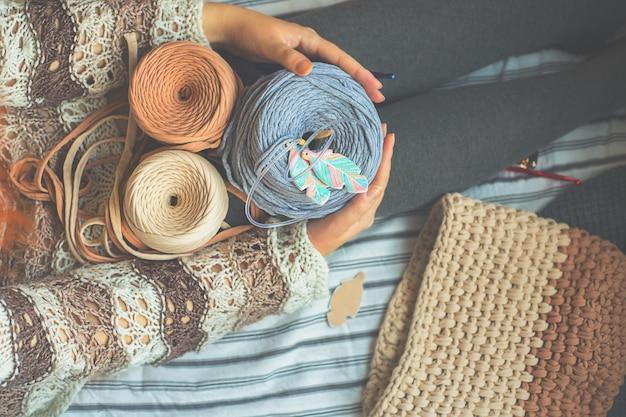 女性はリール糸を持っています