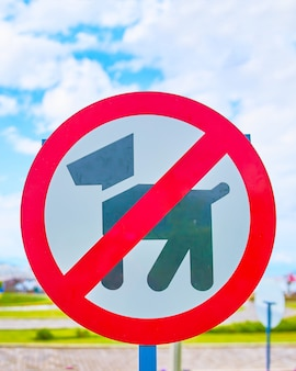 犬禁止サイン犬が遊技場の入り口にサインイン禁止。