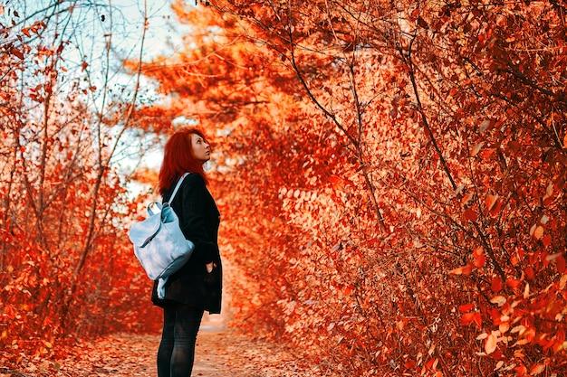 森の中の女性。