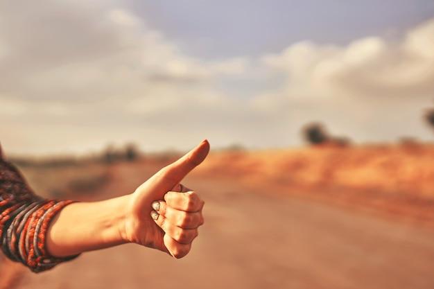 女性旅行者の手