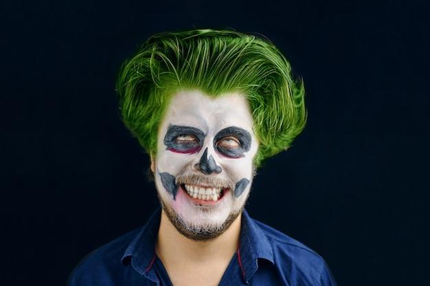 ハロウィーンの死の日の仮面の男