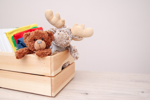 寄付のコンセプトです。子供服、本、学用品、おもちゃなどで箱を寄付します。