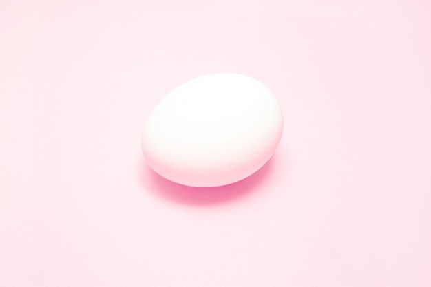 中心部のピンクの背景に白のイースターエッグ