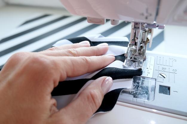 縫製工程のクローズアップ表示