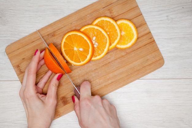 木の板にオレンジをスライス