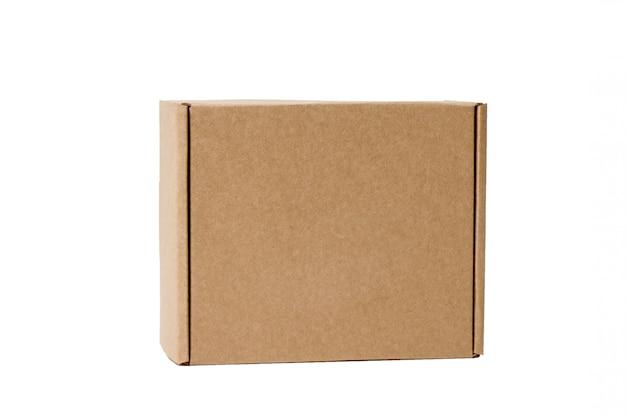 配送。白で隔離される段ボール箱。